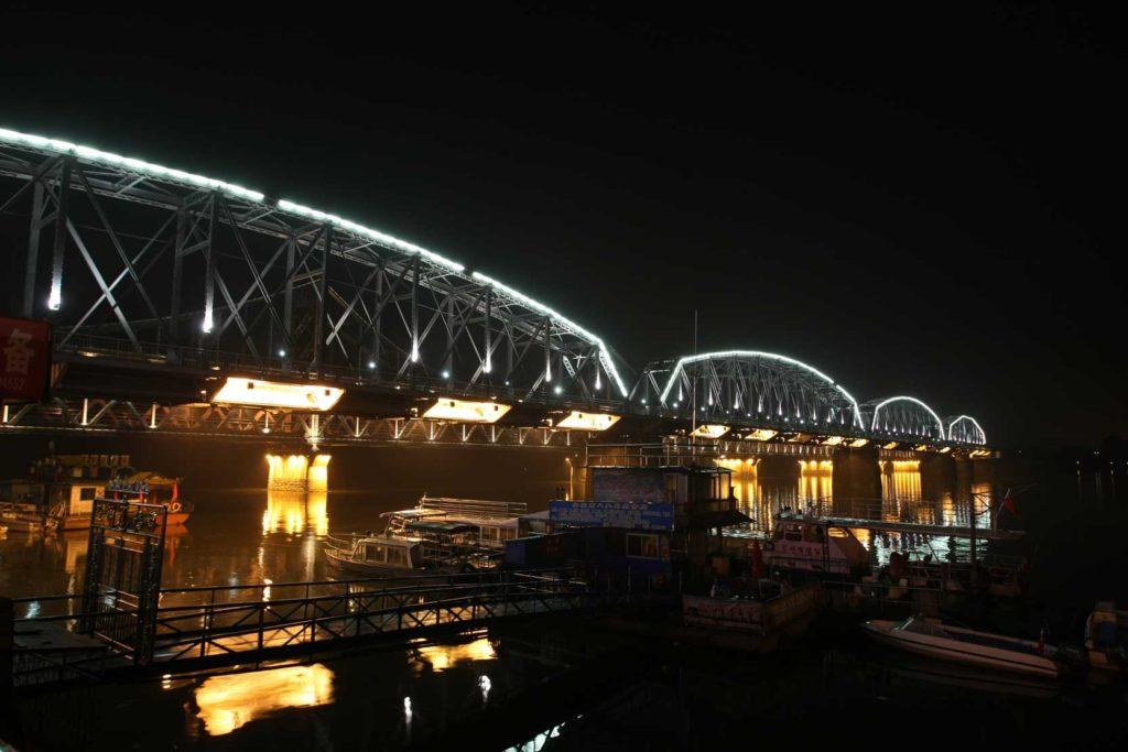 034  ネオンが照らす夜の鴨緑江断橋