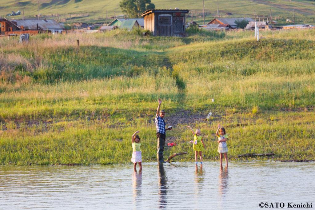 037 アルグン河の対岸から手を振るロシア人の親子(室緯)