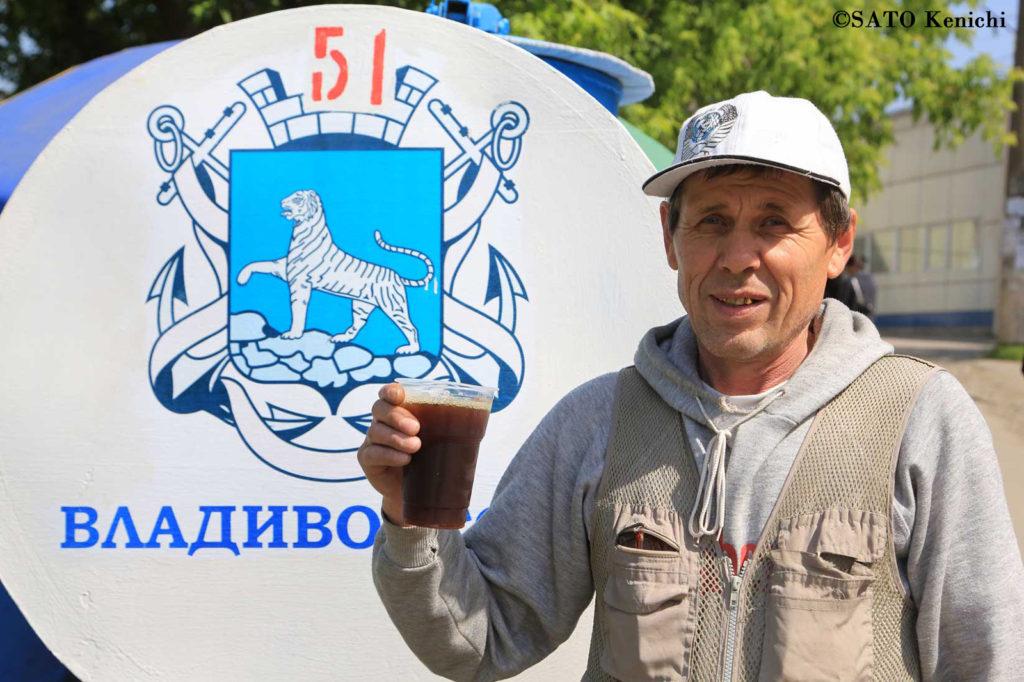 029 ロシアの炭酸飲料「クアス」とおじさん(ウラジオストク)