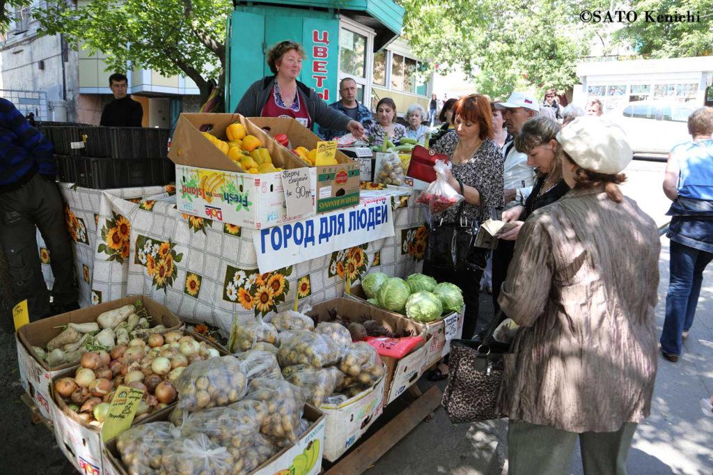 024 ウラジオストク 街角の野菜売りとおばさんたち