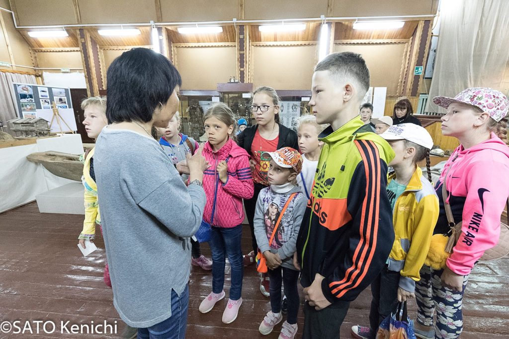 253 郷土博物館を見学に来た地元の子供たち(ノグリキ)